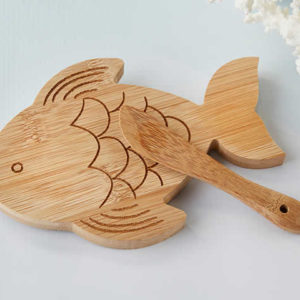 22086NA-fish-shaped-cheeseboard-and-spreader2-ka-l